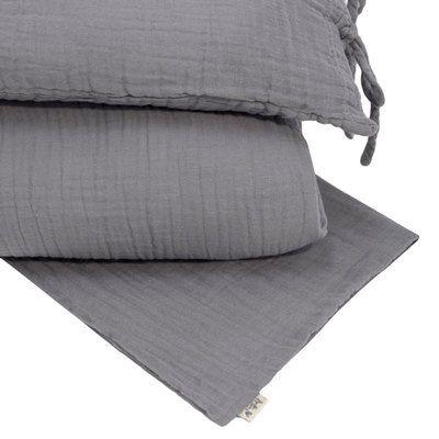 Commandez la Parure de lit bébé enfant junior stone grey NUMERO74. Parure de lit en gaze de coton organique BIO. Housse de couette, taie d'oreiller et pochette pyjama enfant N74. Livraison soignée.
