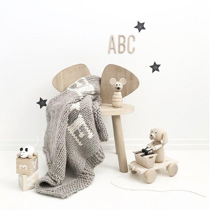 @monolo.no • D E T A I L S • Hvitt og tre er en nydelig kombinasjon ⭐️ Nesten alle produktene finner du hos oss. www.monolo.no Fotocred: @nr13b #monolo #monolono #nettbutikk #barnebutikk #mittbarnerom #barnerom #barnerommet #barnerominspo #inspo #barneromsinteriør #interiør #interiør123 #barneinteriør #treleker #leker #barnemøbler #veggdekor