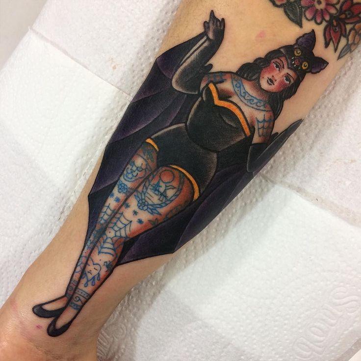 Tatuagem de vampira pinup feita por Jessica O. no estilo old school. #tatuagem #tattoo #tradicional #oldschool #vampira #pinup #tatuada