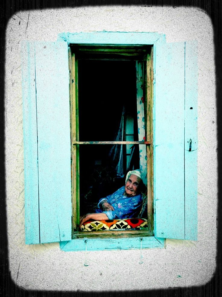 Trotse Turkse vrouw genietend in haar koele huisje