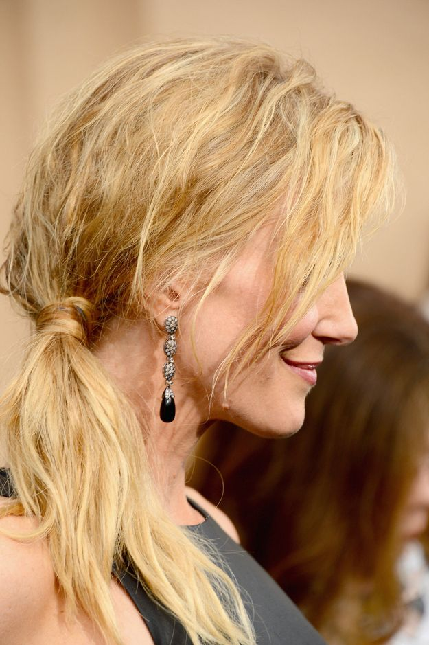 O rabo de cavalo lateral despenteado | 21 penteados de celebridades para quando você não quer lavar o cabelo