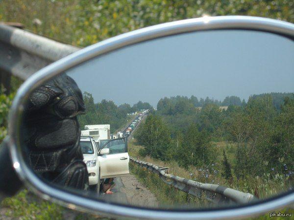 Суровые уральские пробки. Путешествуя на мотоцикле в 2012 году, попал  на перевале в пробку. Решил ее сфотографировать. И только дома, рассматривая фотографии обнаружил...  мотоциклист, путешествия, урал, дорога, жара, август