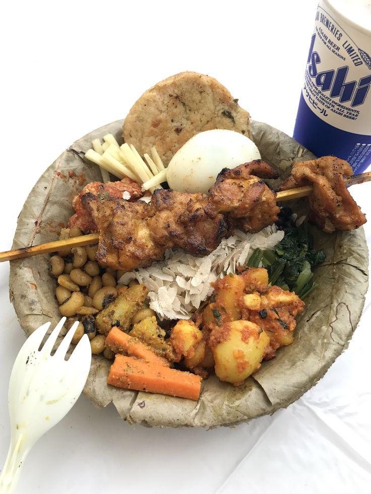 ネパール料理。サマエバジ。カトマンズ盆地一帯に居住するネワール民族の食事。混ぜて食べる。 上に載ってる串焼きはセクワ。たっぷりの香辛料の液に付け込んだ炭火焼チキン。