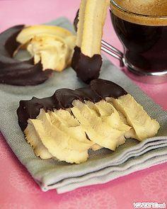Spritz sans gluten vegan - Pour 20 biscuits : 220 gr de farine de riz (bio) ; 30 gr de fécule de maïs (bioculinair) ; 1/2 cuillère à café de gomme de guar (Primeal) ; 60 gr d'amandes en poudre (bio) ; 1 pincée de sel ; 5 pincées de vanille en poudre (Rapunzel) ; 170 gr de margarine végétale bio (ici Vitaquell) ; 130 gr de sucre de canne blond ; (Destination) ; 5 gr de substitut d'oeuf + 20 ml d'eau ; 2 cuillères à soupe de lait de soja (bio) ; Chocolat noir (glaçage)