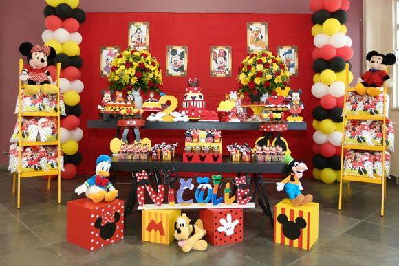Lindíssima decoração da Turma do Mickey.  Composta por painel de 3 metros, duas mesas com cavaletes, bandejas e suportes temáticos, baleiros personalizados, cubos do Mickey e Minnie, personagens em pelúcia, escadinhas para lembranças, duas torres de bolas, etc...    TEMOS PACOTES SEMELHANTES MAIS...