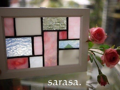 ステンドグラスで制作したミニパネル ピンク、白、クリアのいろいろなガラスを幾何学模様に組み合わせ 白い額縁に入れて(*´▽`*)♪白い額縁に可愛らしいピンクの色合いが春を感じます お部屋の模様替えや引っ越し祝い、結婚祝いとしても~♪額縁自体にフックが縦、横についていますので窓辺や壁にかけて~ またチェストの上に飾っても限定品になっています お早目に~~♪♪他、色違いのパネル作品もあります●サイズ 約13.5×18*こちらの作品は普�%9
