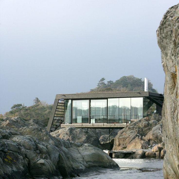modernes Ferienhaus hängt in den Felsen direkt am Meer