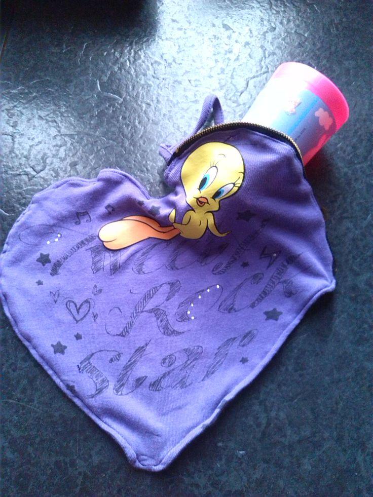 Recupero T-shirt: una maglietta che a mia figlia piaceva molto è diventata un porta tovagliolo , bicchiere etc per la scuola. La scelta della forma a cuore è stata dettata dal  suo periodo romantico... :)