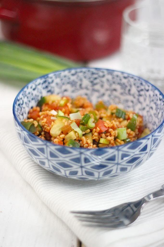 Op zoek naar een lekker recept voor bulgursalade? Dan ben je hier aan het juiste adres. Deze salade bevat onder andere tomaat, komkommer, bosui en paprika.
