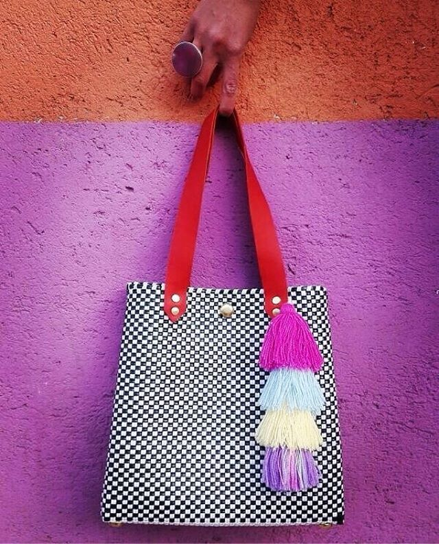 By @hechotodoenmexico . #bolsos #bolsas #piel #picoftheday #picture #pic #cuero #hechoenmexico #artesanal #Diseño #arte #accesorios  #naranja #Magenta #accesorios #bag #bags #handmade  #hechoamano #fashion #fashionista #art #cuero #black  #negro #white #bagslovers #cartera #leatherbag #day  #pueblagram