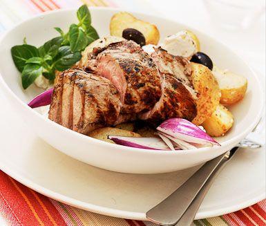 Förträfflig fläskfilé marinerad i citron, vitlök, oregano och svartpeppar. Till fläskfilén serverar du bakad potatis, sallad och tzatziki. En måltid som för dina sinnen till Grekland.