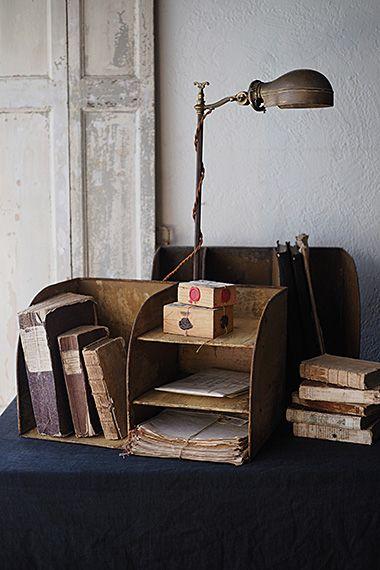 メタルファイルシェルフ-vintage metal shelf 書類の種類に対応して分類、間仕切りがもたれ掛かってくるノートやファイルを防ぐバックヤードの便利もの、且つ、人から見える場所に置いても塗り重ねられたサンドカラーがこなれた雰囲気の2点。ノルマンディーのアンティークショップから揃いで買い付け、錆が出ている箇所も御座いますが油汚れ等は無く、工場等で使われてきたというよりは、やはりパプトゥリー-文房具屋さんで使われていた?かと。