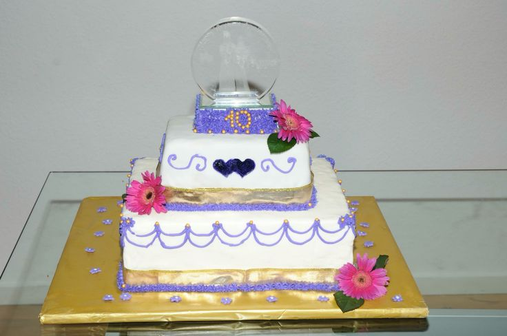 10th wedding Anniversary cake with 3D photoo glas to the top