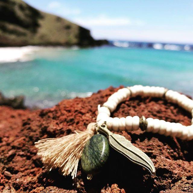 Pulsera piedra natural/pluma/jaspe ElJaspe verdefomenta equilibrio emocional, tiene capacidad para apaciguar la mente, te permite moverte sin esfuerzo hacia el equilibrio y aceptarte tal y como eres sin la necesidad de cambiar. #jaspe #yantra #yoga #equilibrio #mente #espiritu #ovahe #rapanui
