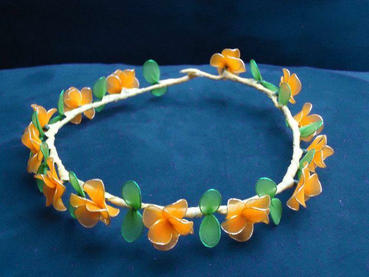 Coroncina fatta a mano con fiori fresia gialli in filanca setata per cerimonie e occorrenze speciali