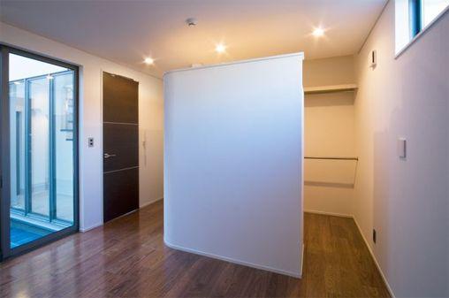 注文住宅のコストダウン方法06・建具(扉)をなるべく減らす ... おしゃれなウォークインクローゼットの例>