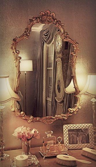 Un tocador elegante con un espejo antiguo