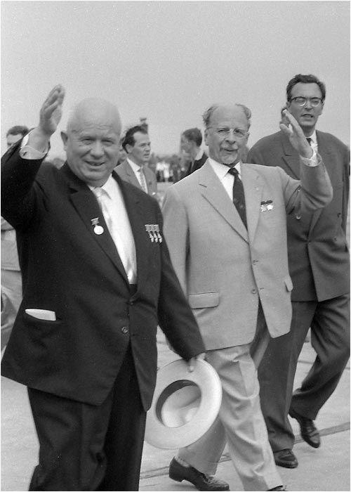 1963 - Nikita Chruschtschow (l) visits Walter Ulbricht (r) in East Berlin.