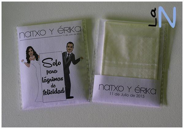 Kleenex personalizados, para dar en bodas para lagrimas de felicidad. Mira cómo se hacen en http://laneuronadelmanitas.blogspot.com.es/2015/07/detalles-de-boda-paquetes-de-kleenex.html