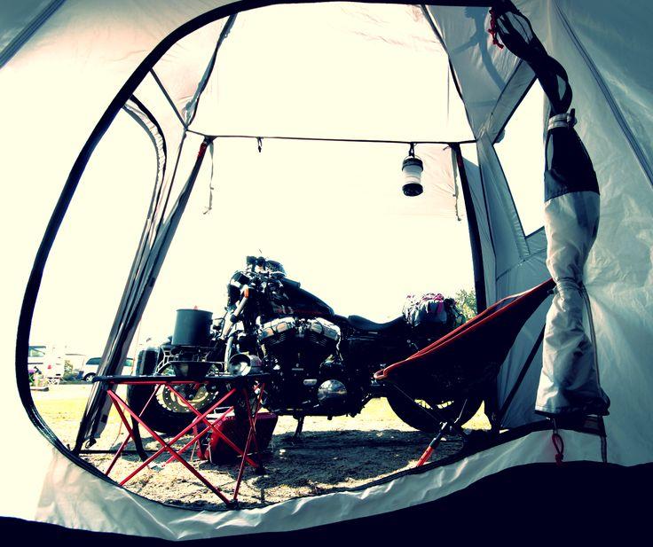 バイクが愛しいあなたへ。バイクツーリングキャンプを愛するすべてのライダースへ。バイクと一緒に寝られるテント。  バイクツーリングキャンプの際にはバイクと一緒に寝たい。その夢叶えます。ワンタッチで寝室、バイク収納スペース、リビングスペースが完成するバイクツーリング用2ルームテントです。バイクツーリング時のバイクへの積載を想定した58㎝コンパクト設計。バイクツーリングキャンプでは、少しでも道具や装備をコンパクトにしたいもの。バイクソロツーリングはもとより、タンデムツーリングでは尚更。そんなライダースのツーリングキャンプをより豊かに手軽にする、夢のライダースバイクインテントです。  DOPPELGANGER OUTDOOR (ドッペルギャンガーアウトドア) 略してDOD。  #キャンプ #アウトドア #テント #タープ #チェア #テーブル #ランタン #寝袋 #グランピング #DIY #BBQ #DOD #ドッペルギャンガー #camp #outdoor
