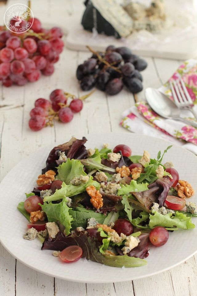 Ensalada con uvas, queso cabrales, nueces, aceite de oliva virgen extra y miel…una ensalada muy especial que apetece cualquier día del año. En esta ocasión el protagonista es el queso cabrales, que co