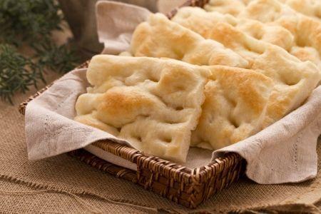 """La FOCACCIA ALLA GENOVESE (focaccia from Genoa), in dialetto """"a fügassa"""", è una specialità tipica della cucina ligure. #ricetta #GialloZafferano #focaccia"""