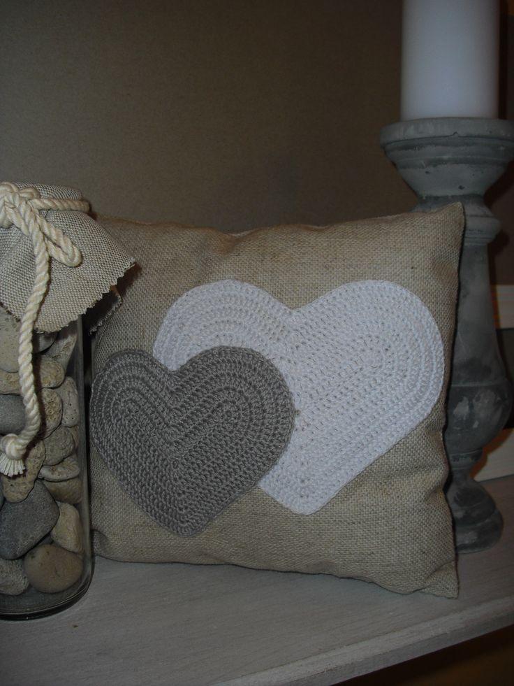 Srdce na polštáři Dekorační polštářek s ručně našitou aplikací - háčkovaná srdce bílé a šedé barvy. Polštářekvyplněný dutým vláknem. Rozměr: 23 x 23 Zboží je označené originální visačkou (viz. profil) Cena za jeden polštářek Ostatní dekorace není součástí zboží, není zahrnuta v ceně a je neprodejná.