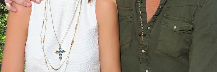 Los collares colgantes con dijes de cruces se han convertido en una de las tendencias más fuerte en este 2017, dichos collares pueden tener más detalles en piedras de colores o lucirlas solas en una elegante cadena.
