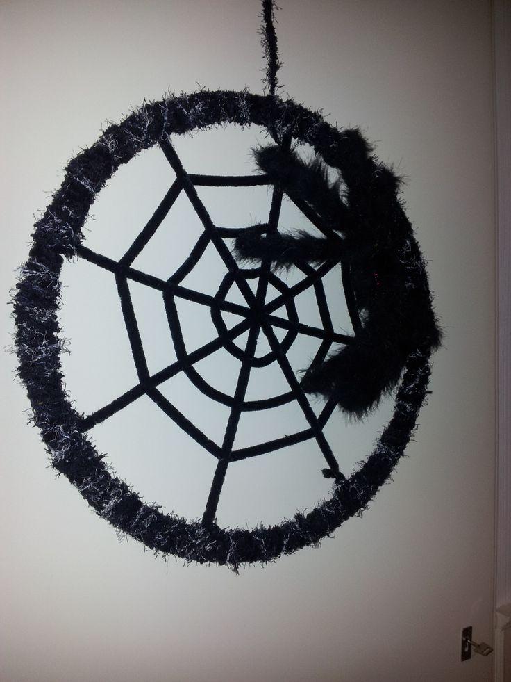 Als herfstversiering voor in de klas. Web gemaakt van een hoepel, met wol.