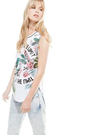Camiseta Bershka flores tropicales