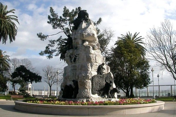 Paseo de Pereda: The pretty Jardines de Pereda (Pereda's Gardens) are named after the Cantabrian writer José María de Pereda, whose seminal work, Escenas Montañesas, is illustrated in bronze and stone here.  The bayfront promenade fronting the Jardines de Pereda continues east to the Puerto Chico (Little Port) marina. Half the city seems to stroll here on summer evenings. Both Paseo de Pereda and Calle Castelar, opposite Puerto Chico, are dotted with lively cafes and lined with grand…