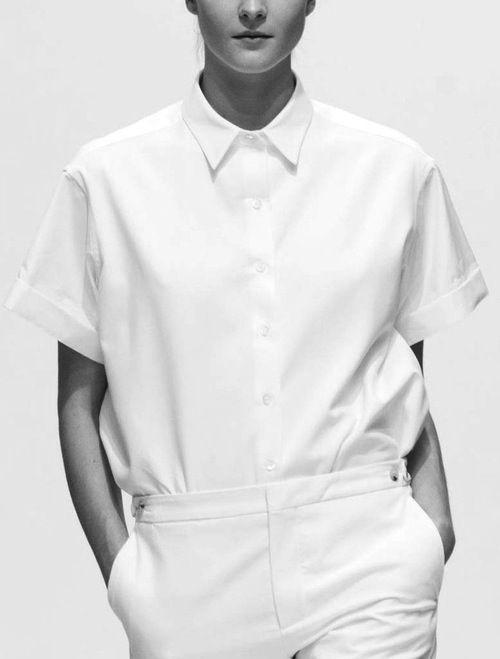 Margaret Howell   Spring 2013 VOOR: Ondanks dat er wel degelijk aan details gedacht is (zie: knopen, kraag) gaat het nog steeds om het geheel als wit ensemble. Hoe kun je een zakelijke outfit tot de basis terug brengen? Zo dus.