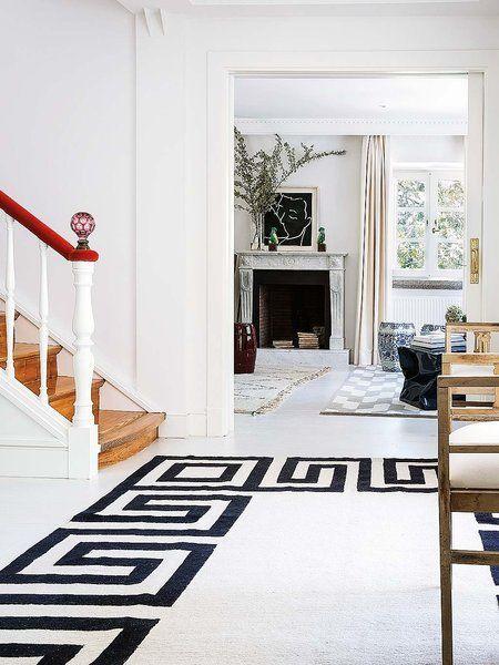 Hall espectacular con alfombra en blanco y negro