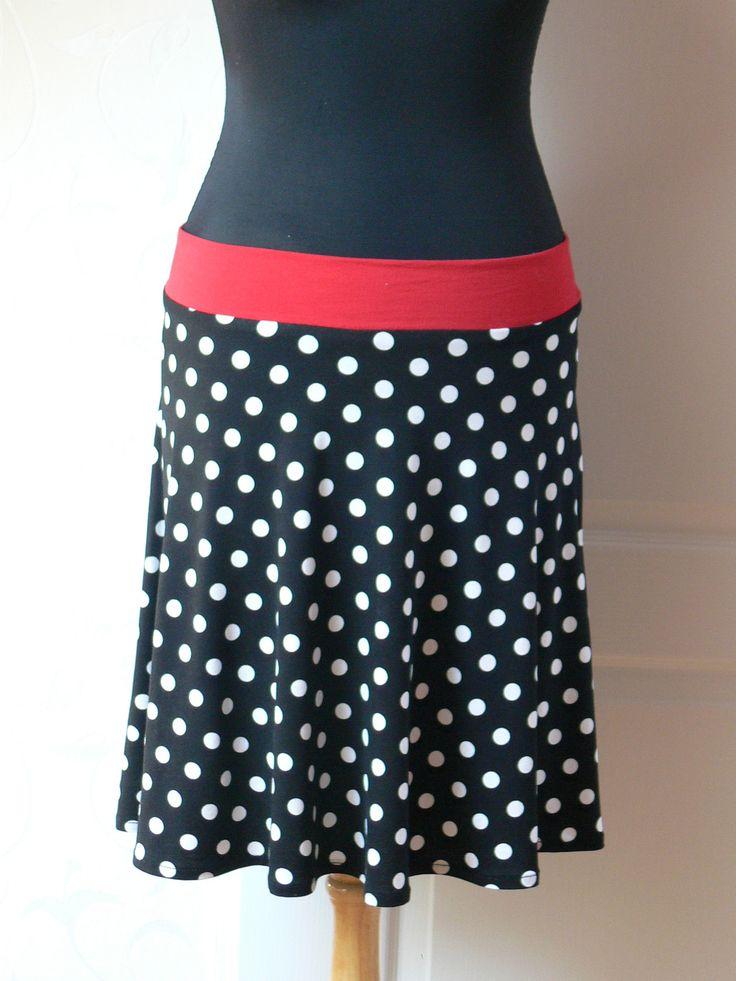černá sukně s puntíky Sukně je půlkruhová. Zhotovená z úpletu. Složení: 95%viskoza, 5%elastan. Materiál je příjemný na dotek. Na rozdíl od plátěných sukní nestrávíte spoustu času žehlením a starostmi při nošení, aby se vám sukně nepomačkala. Délka sukně 50cm Výška pásku 5cm Pas sukně je pružný 80-90cm (v pásku je navlečená guma) Velikost sukně dle ...