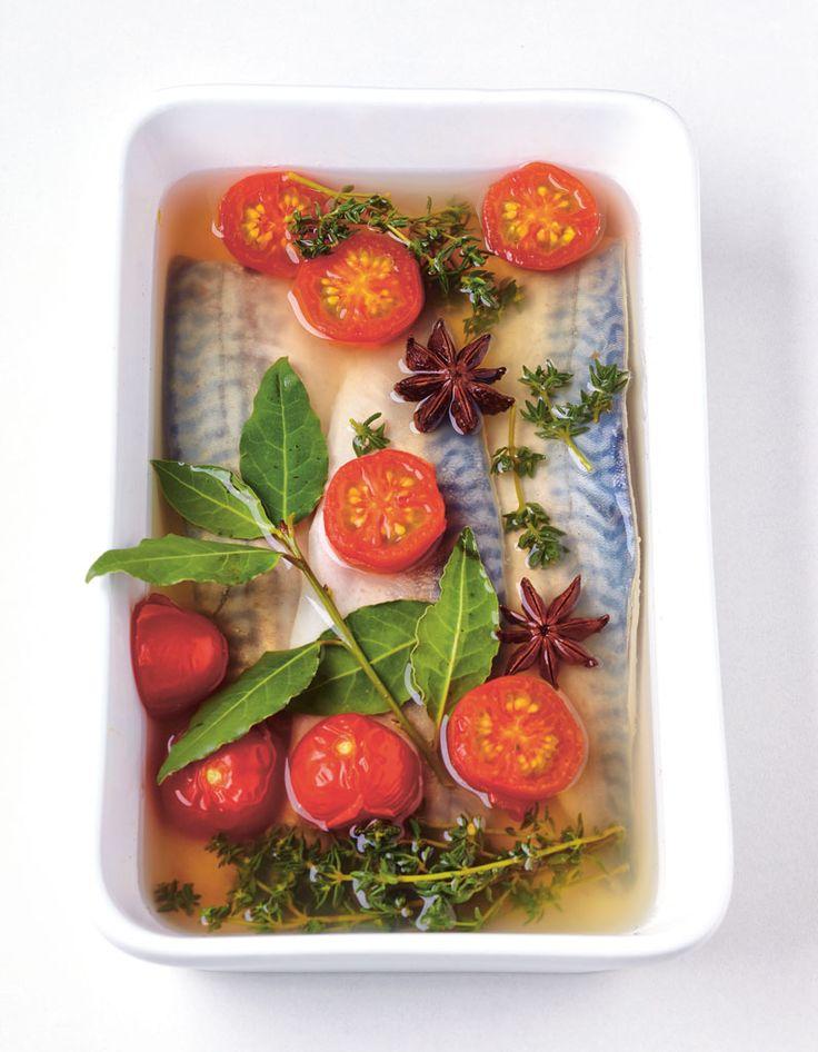 Recette Maquereau au vin blanc et tomates : Préchauffez le four à 180°C (th. 6).Disposez les filets de maquereau dans un grand plat à gratin. Ajoutez les to...