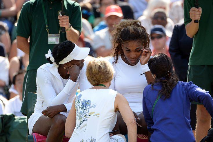 Serena and Venus Williams speak with trainers on No.1 Court - Tom Lovelock/AELTC