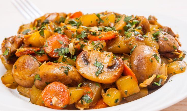 Plina de legume, aromata, numai buna de intins painea prin sosul rosu delicios. Uite cat de usor e sa prepari o tocana de cartofi si ciuperci de post, o reteta sanatoasa, numai buna pentru pranz!