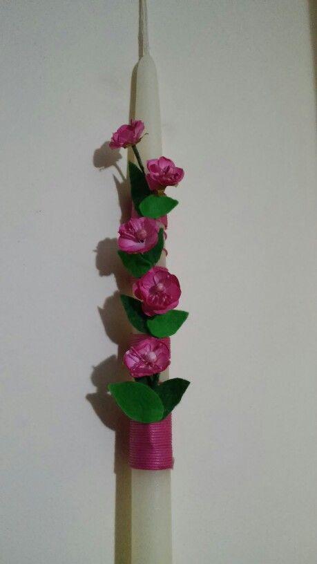 Λαμπαδα με φουξ λουλουδακια και φυλλαρακια τσοχας...by Maraki.