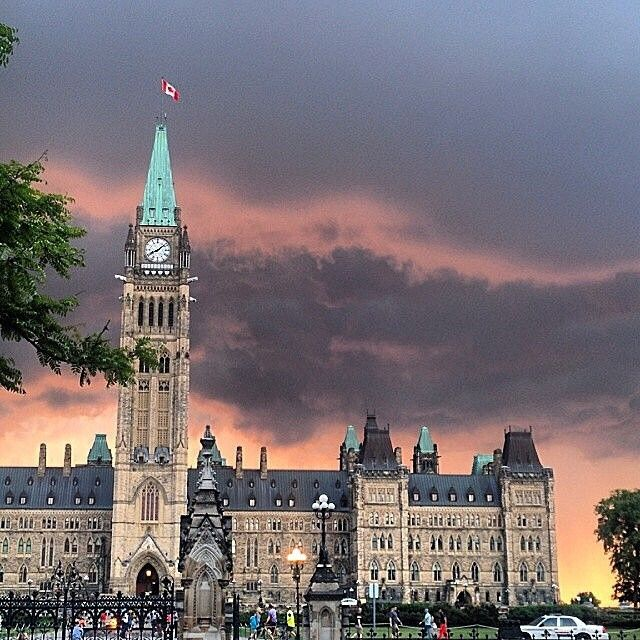 """Centre Block on Parliament Hill with ominous clouds. Shout out to @sabrinutza16 for the cool share!"" #ExploreCanada #DiscoverON  L'Édifice du centre sur la colline parlementaire sous des nuages menaçants. Merci @sabrinutza16 d'avoir partagé une excellente photo!  #ExploreCanada #DiscoverON #Padgram"