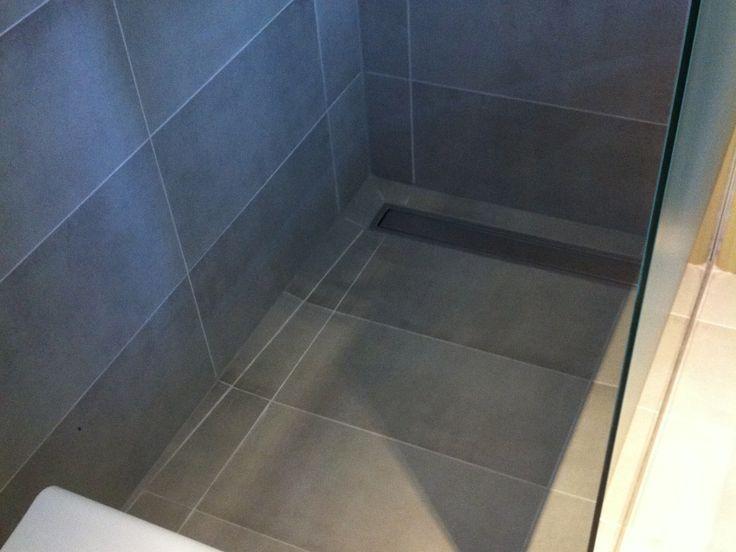 Close up betegelde vloer inloopdouche met inox afvoergoot inloopdouche pinterest met - Moderne betegelde vloer ...