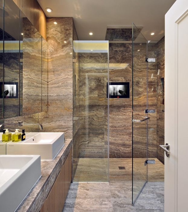 L'ampio box doccia del bagno è stato realizzato su disegno. Pavimenti e rivestimenti sono in marmo. Lavabi Acquagrande di Ludovica + Roberto Palomba per Ceramica Flaminia