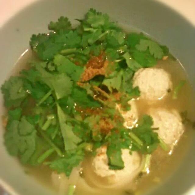 アメ横センタービルの地下、アジア食材売り場で仕入れた米粉の麺をウェイユー(ウェイパーの無添加バージョン)とナンプラーでスープを作りなんちゃってタイヌードル。 - 8件のもぐもぐ - #タイヌードル by ktcat