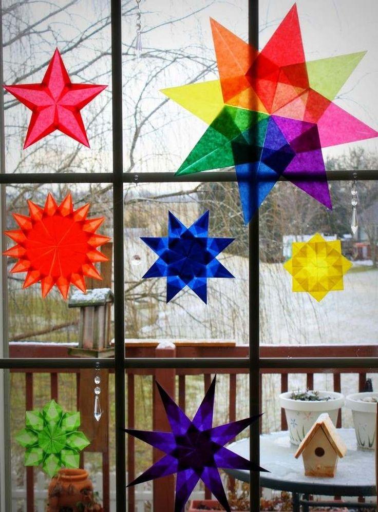 des étoiles DIY en papier calque coloré en tant que déco fenêtre Noël