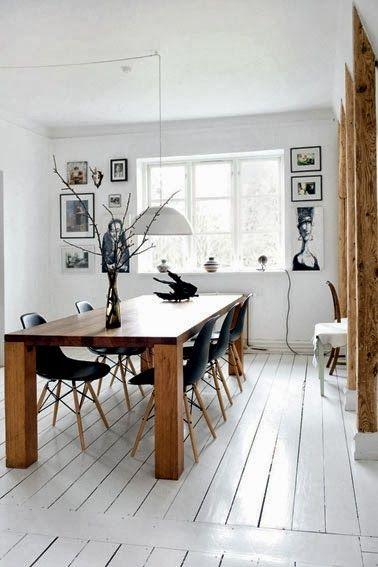 mesa madera y sillas eames negras