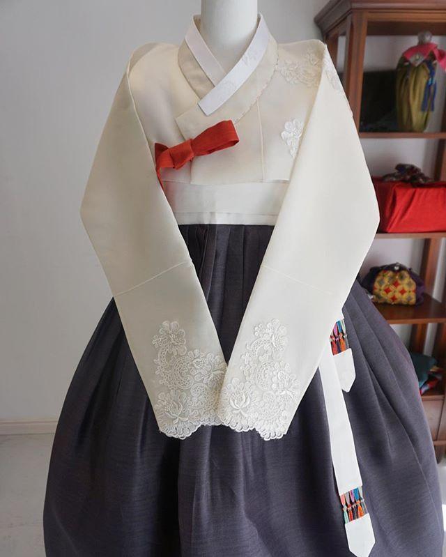 일본 유학생활중이신 고객을 위한, 소색오간자에 레이스 저고리 먹색 옥사 치마🤗 #맞춤한복 #풍경한복 #김복희