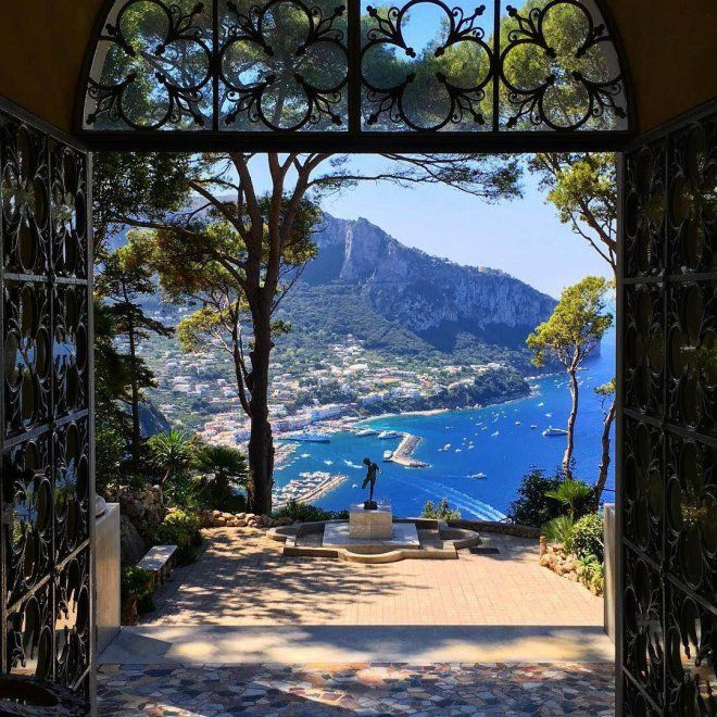 """È una delle ville più belle e affascinanti di Capri, """"Amori ed dolori sacrum"""", """"Consacrata all'amore e al dolore"""", costruita alle pendici di quella che fu residenza dell'imperatore Tiberio sull'Isola azzurra. Villa Lysis, rifugio di inizio Novecento del barone Jacques Fersen, riaprirà al pubblico sa…"""