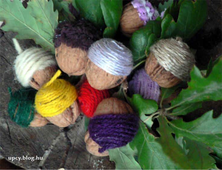 Acron made of walnut, wrapped with yarn.  Dióból makk egy kis fonallal - útmutató.
