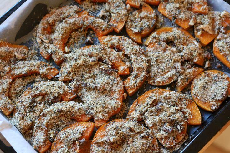 Sütőtök fűszeres diómorzsával 80 dkg sütőtök, megtisztítva és vékony szeletekre vágva 4 evőkanál tisztított vaj vagy kókuszolaj 2-2,5 teáskanál só 4 evőkanál darált dió 4 evőkanál zsálya, friss felaprítva vagy szárított összemorzsolva 2 evőkanál kakukkfű, friss vagy szárított levelek 2 kezeletlen/bio citrom héja, frissen lereszelve 1 citrom kifacsart leve 2 cikk fokhagyma, megtisztítva és felaprítva 2 dkg friss gyömbér, lereszelve