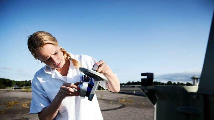 Rapport från en pollenfälla. Dagens fångst. Mikaela Wering lossar den klisterremsa som partiklar och pollen fastnat på.   Bild: Emma-Sofia Olsson