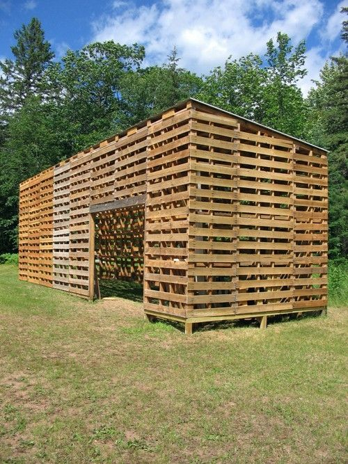 This is suppose to be a pallet barn but I think this would make a great chicken coop. Just line the inside with chicken wire to keep the criiters out.